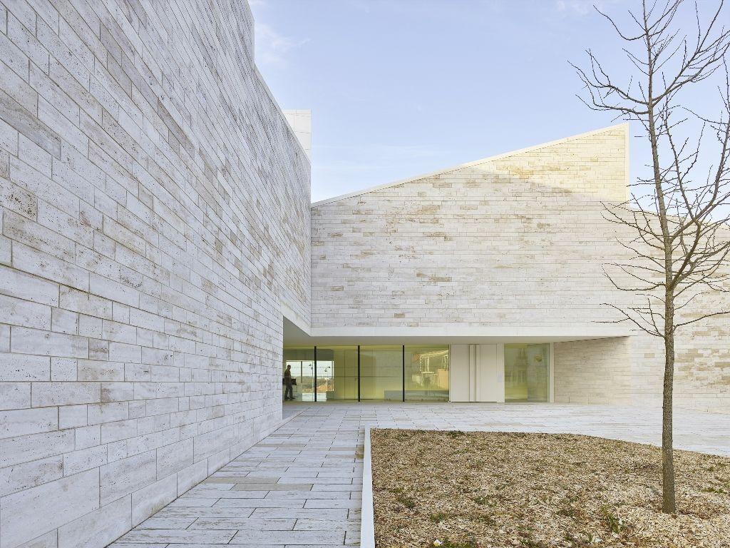 """Edificio Cultural """"Cour et jardin"""", por Atelier Fernandez & Serres El sitio donde se ubica el proyecto, posee una situación urbana y sensible. Habla de las formas de la ciudad de Vertou, su centro, su iglesia y sus paisajes."""