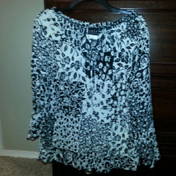 Black white boho flutter floral keyhole top sz L Black white boho flutter floral keyhole top sz L. Scalloped hem. Flutter sleeves Tops