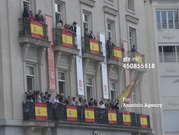 People wait for coming of Spain's new king Felipe VI prior to the... Fotografía de noticias 450855518 | Getty Images