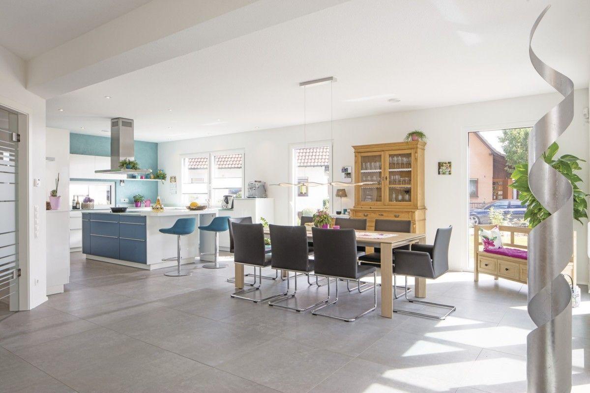 Moderne offene Küche mit Esstisch - WeberHaus Stadtvilla ...
