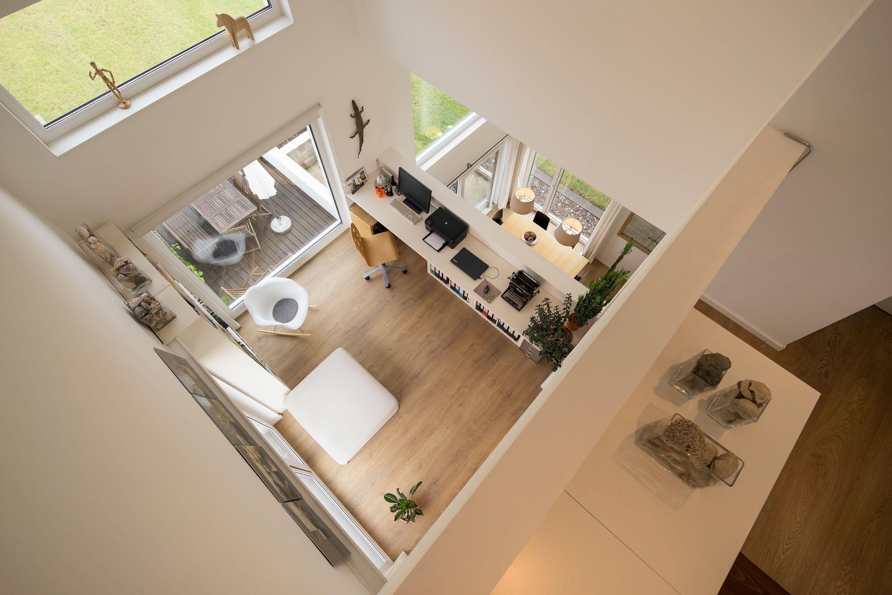 Design Arbeitszimmer ~ Ein offenes helles arbeitszimmer unter einer galerie