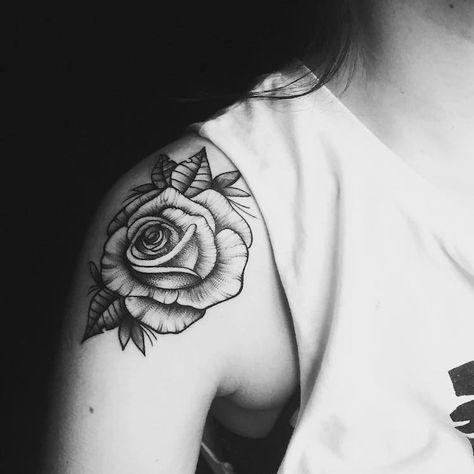 Tatouage rose femme symboliques styles et tendances pour les curieuses et les passionn es - Tatouage epaule femme rose ...