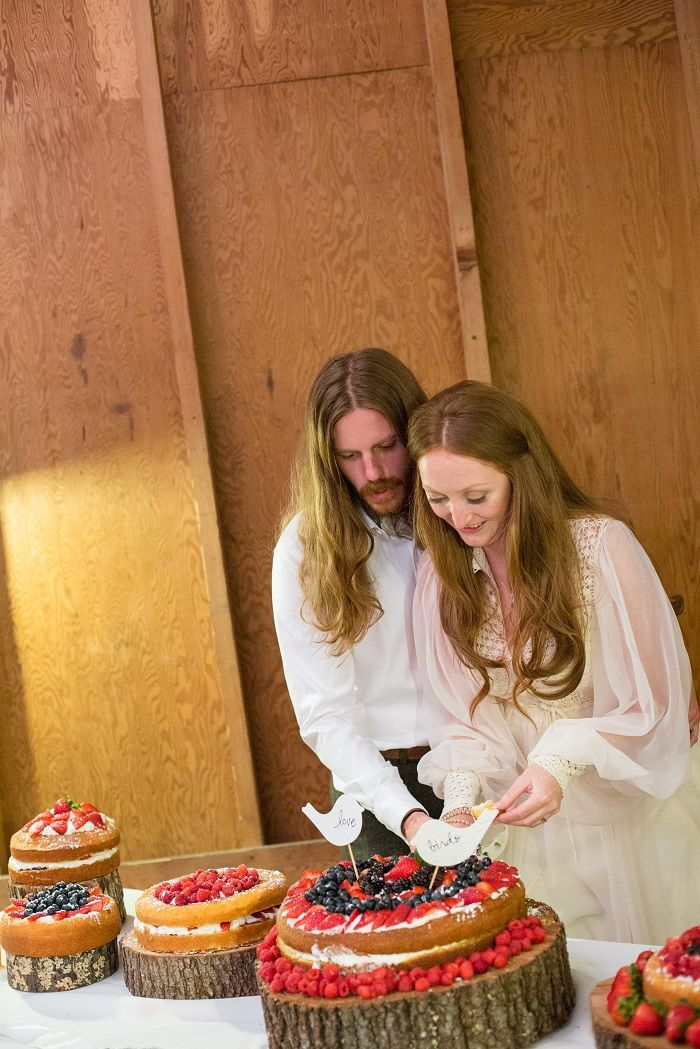 Bride and groom cutting the naked wedding cake | fabmood.com