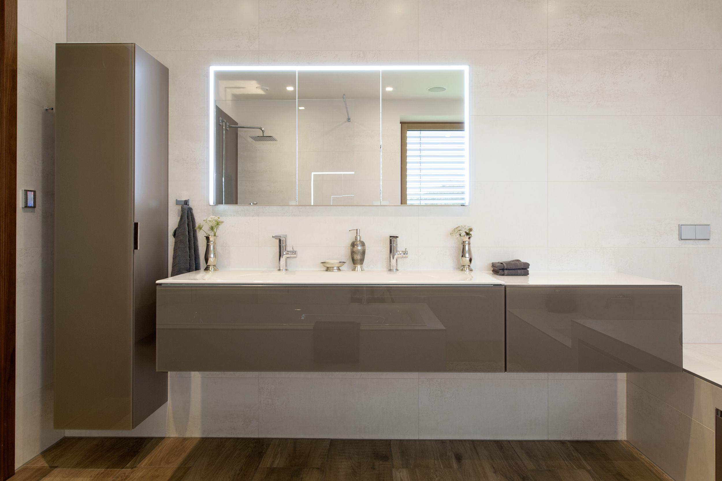 Beleuchteter Spiegelschrank In Die Wand Eingebaut Fliesenboden In Holzoptik Komfortable Einbauwanne Fr Begehbare Dusche Spiegelschrank Doppelwaschtisch