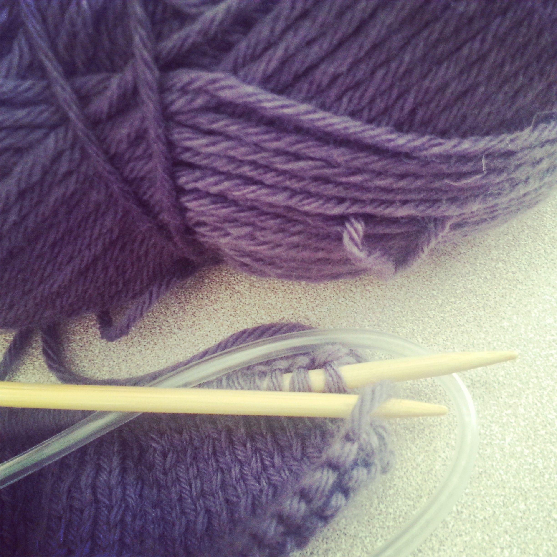 tricoter normalement avec des aiguilles circulaires