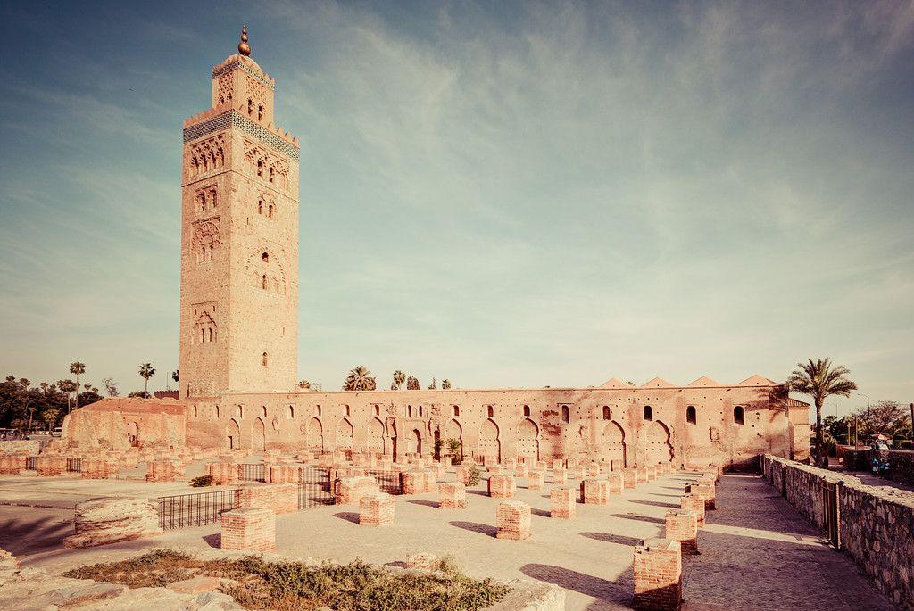 Caminhando ao redor da mesquita de Koutoubia em Marrakech