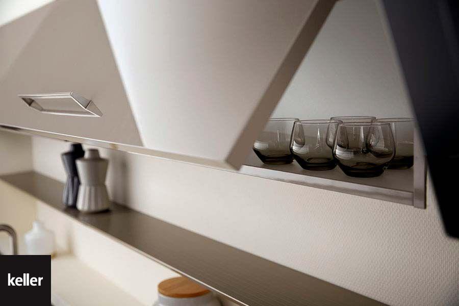Opbergen Kleine Keuken : In een kleine keuken kunnen bovenkasten zoals deze klepkast extra