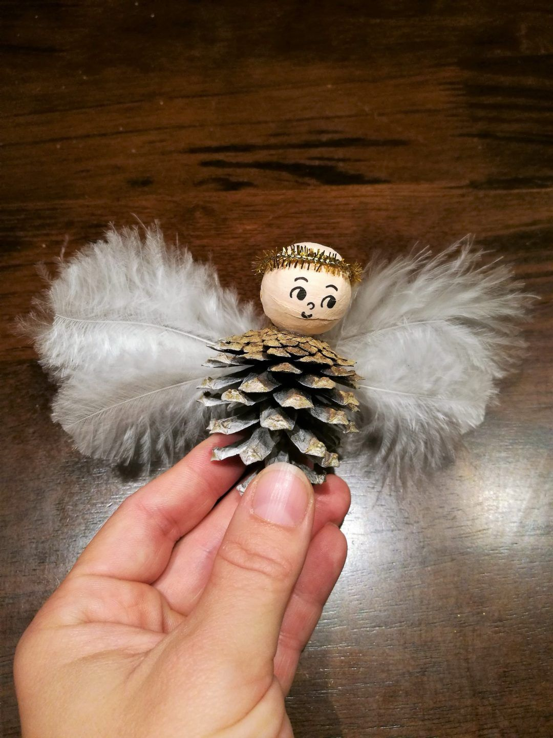 Christmas crafts for kids: Pinecone angel ornaments - Agli #reindeercraftsforkids
