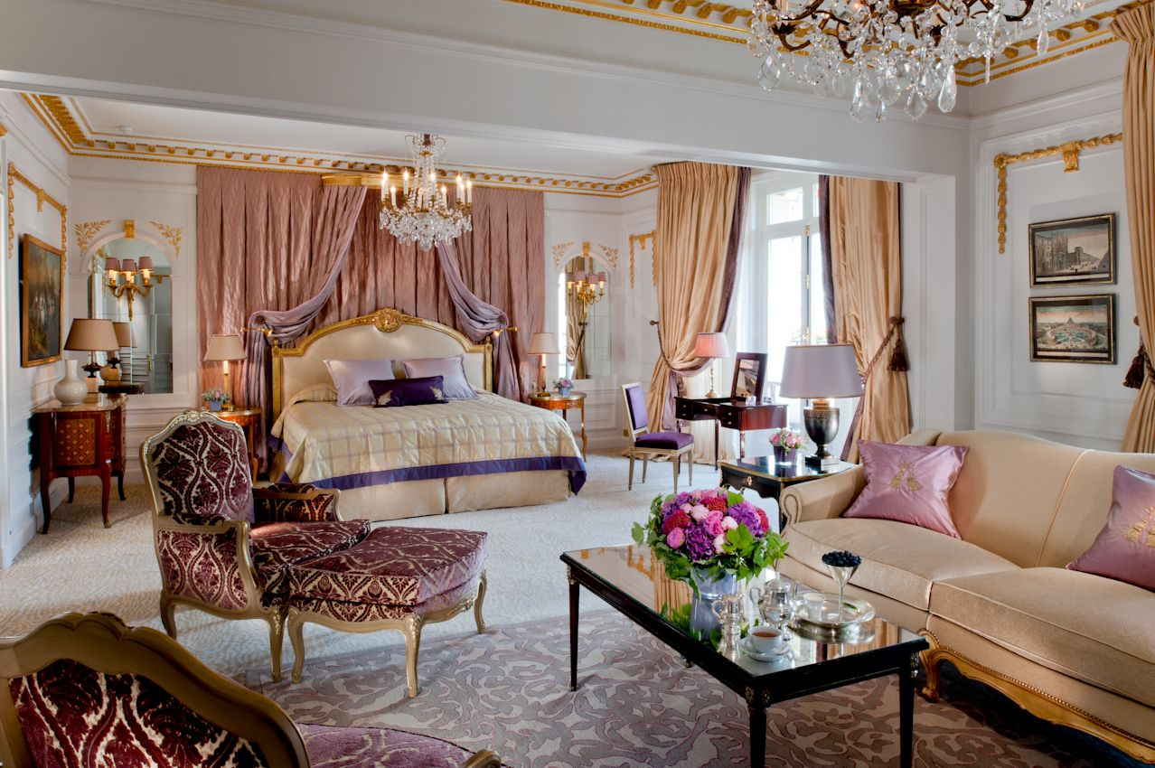 The new royal suite of the hotel Plaza Athénée! Here is the Mrs bedroom