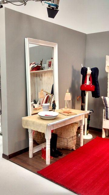 Creemos que la alfombra de Elementos Argentinos, tejida completamente a mano en telar en pura lana de oveja en un color rojo intenso, completa y cierra a la perfección esta ambientación de un espacio reducido, creando un muy interesante juego con el gris, bien tranquilo, de las paredes.