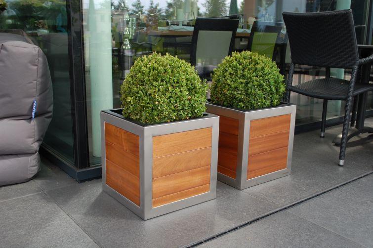 Quadratische Pflanzkübel aus Holz mit Edelstahlrahmen ideal für ...