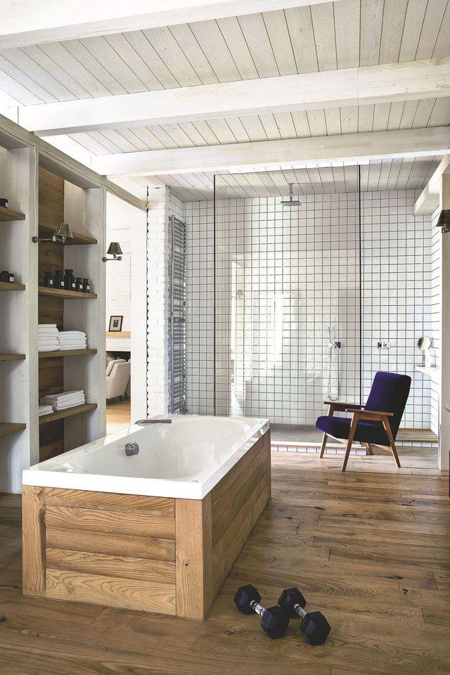 Toute de lambris en chêne vêtue, la baignoire donne sur une douche à