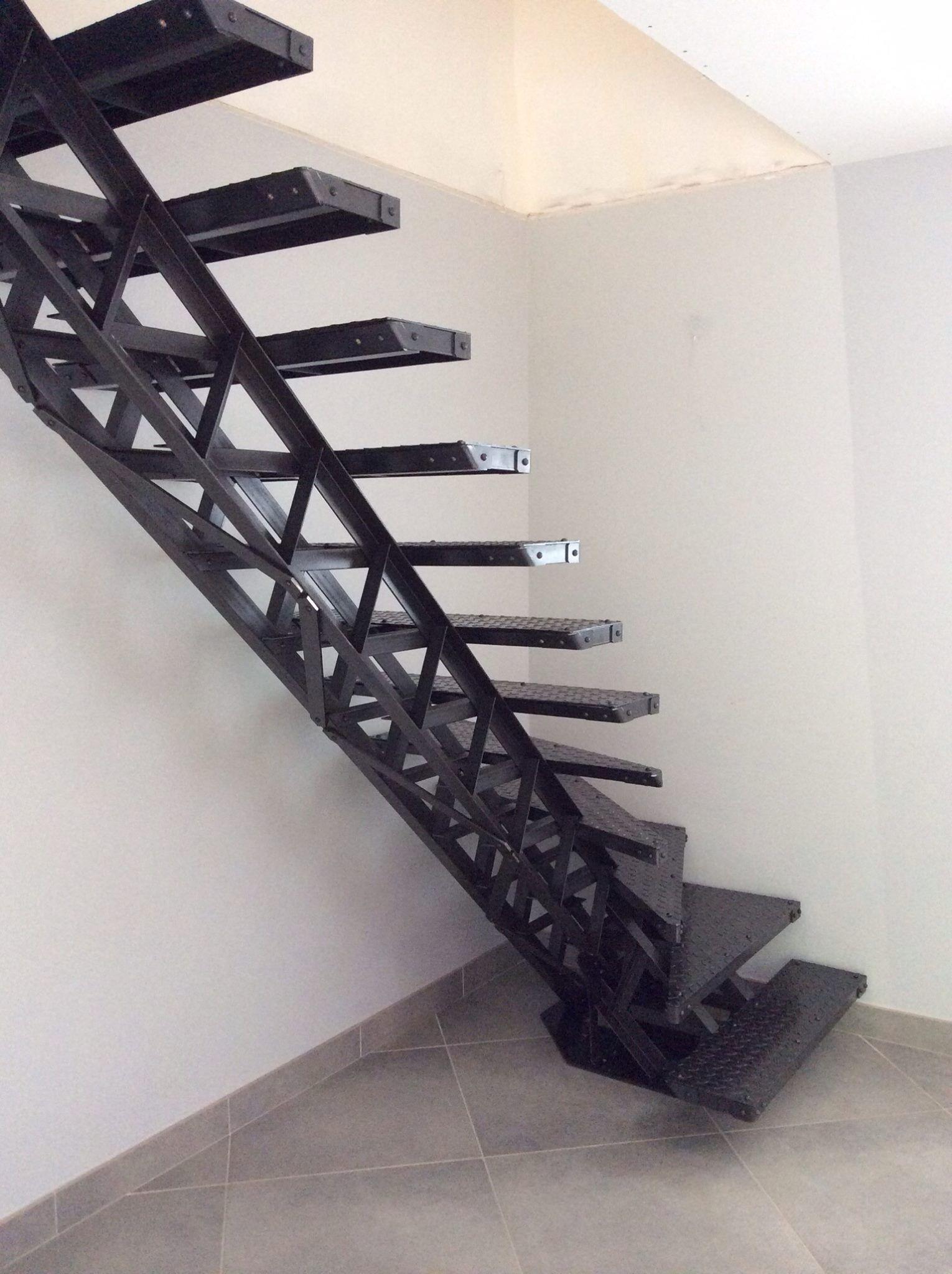 Escalier type eiffel en acier avec limon central - Escalier debillarde ...