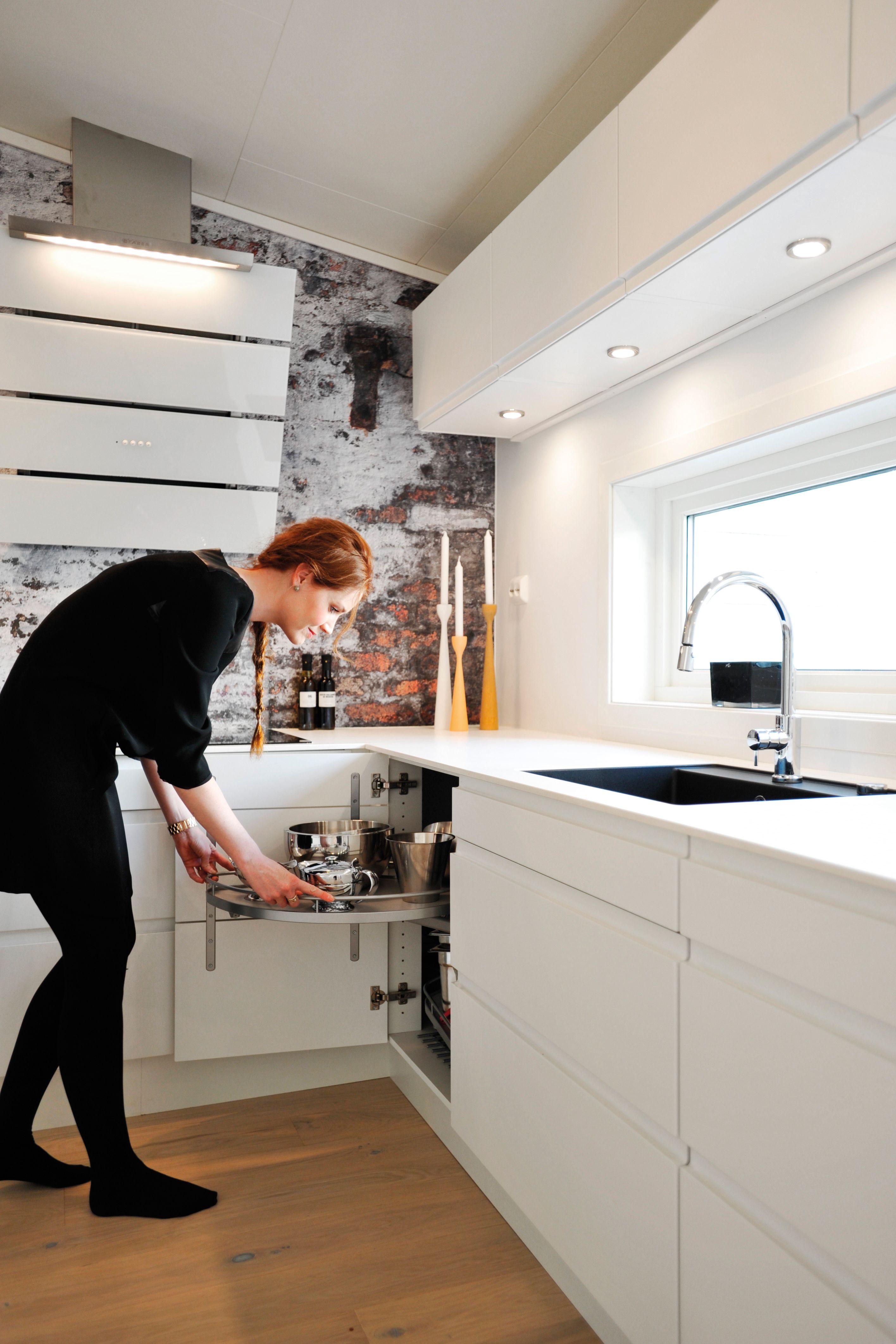 Hjørneskab fra AUBO Køkken & Bad med LeMans karrusel. #køkken | Køkken model Venezia Mat Line i ...