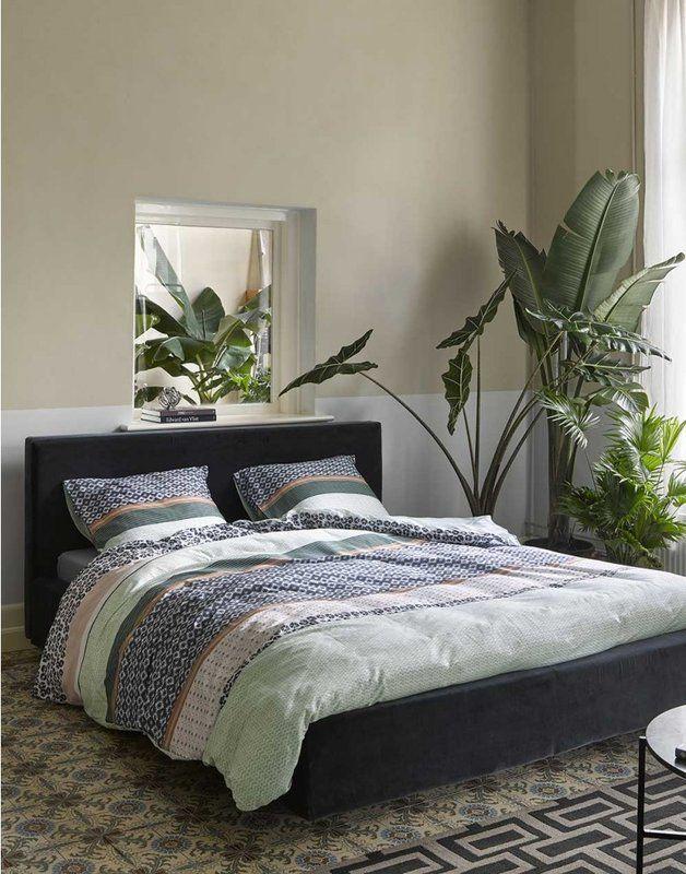 Tropisches Schlafzimmer Mit Gemusterter Bettwäsche In Blau Und Grün  #tropical #schlafzimmer