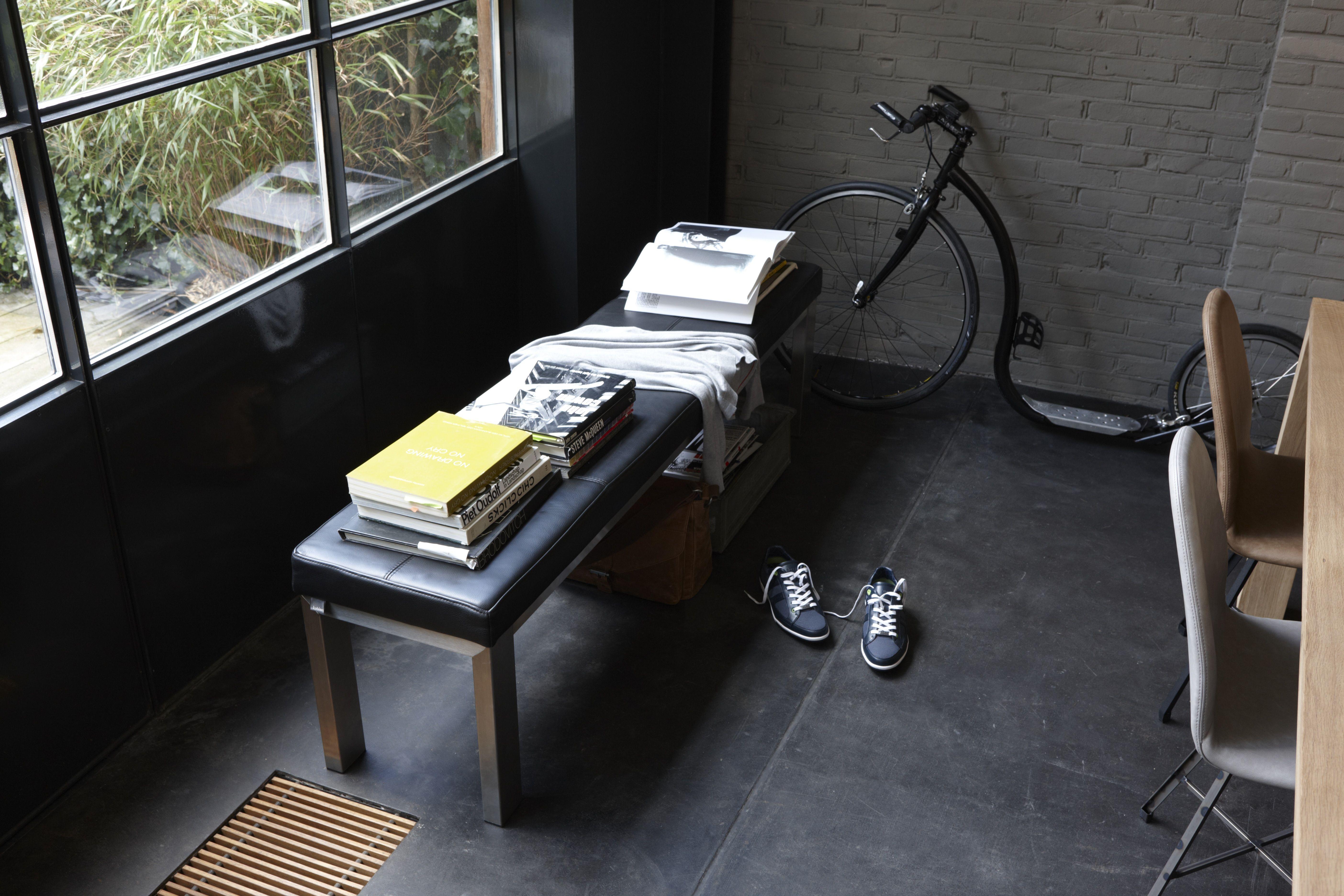 Leven en wonen volgens een minimalist! Bankje Verona en stoelen van het Nederlandse label Spoinq.