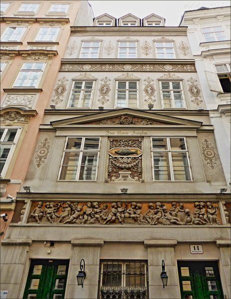 Das schmale viergeschoßige Gebäude wurde 1438 urkundlich erwähnt. 1824 wurde es durch Karl Ehmann um ein Geschoß aufgestockt und mit neuer Fassade -…