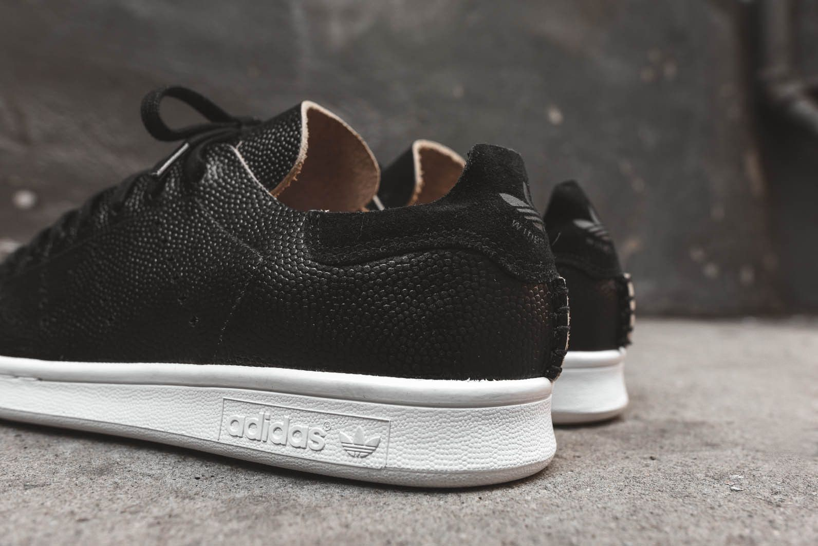 e0bf0f43d2d adidas x wings + horns Stan Smith - Black