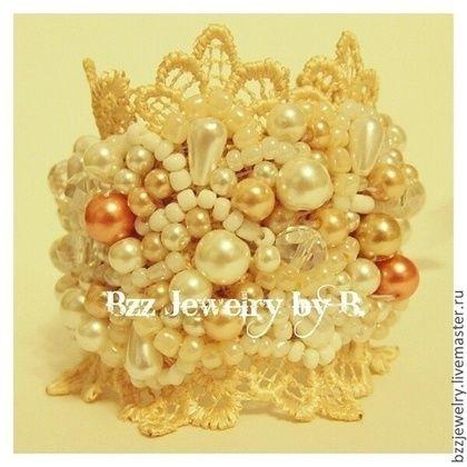 Pulsera encaje bordado con cuentas y perlas de ternura.  Hecho a mano.