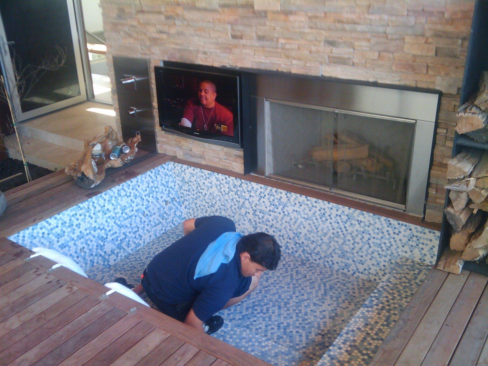Detalle tv en jacuzzi ideas para mi casa pinterest for Patios pequenos con jacuzzi