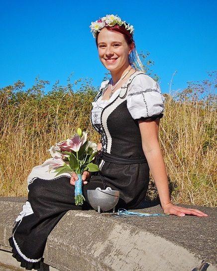 このドイツの民族衣装は「ディアンドル」「チロルワンピース」などと呼ばれます。  最近は現在風にアレンジされた「ティアンドル」もたくさん販売されているんだとか。