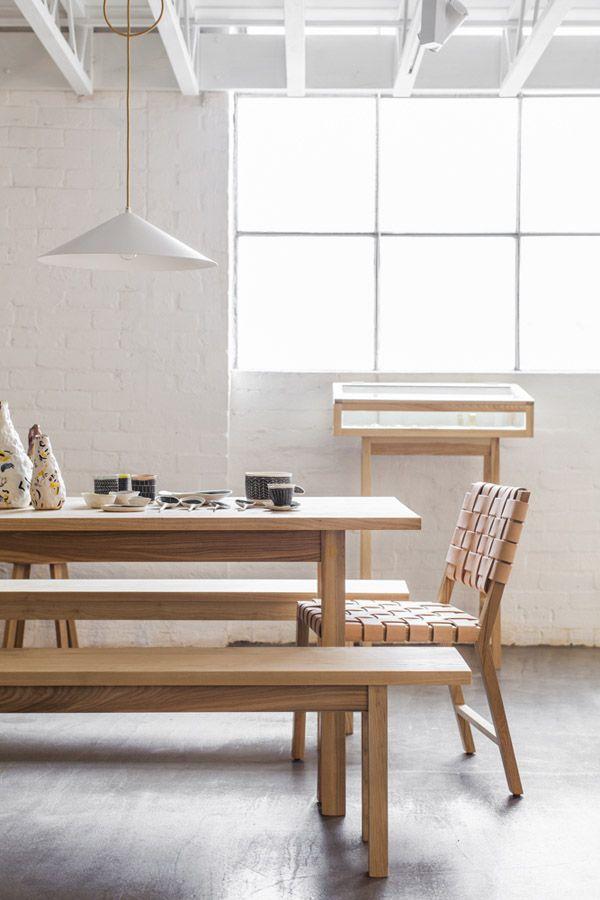Comedor estilo nórdico. mesa de comedor con bancos y sillas ...