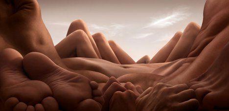 Um fotógrafo chamado Carl Warner usa a forma humana para criar suas paisagens. Mãos, pés, joelhos, braços, pernas e costas formam colinas e paisagens rochosas desta série intrigante