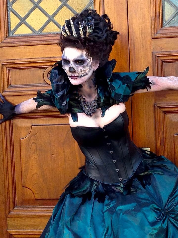"""Monster makeup artist Chloe Sens""""Raven Queen"""" Halloween"""