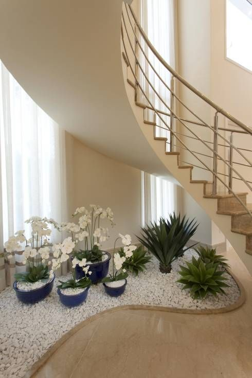 Ideas decorar bajo la escalera con guijarros y plantas for Ideas para hacer escaleras interiores