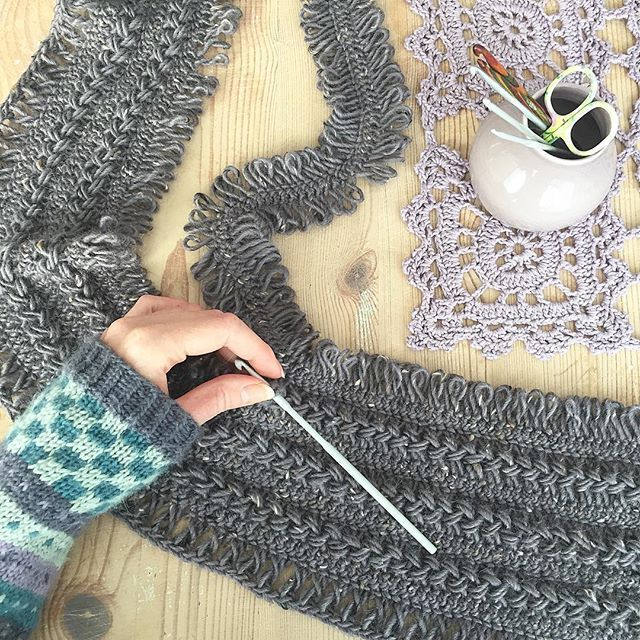 Hekler sammen de siste remsene på det gimpede skjerfet...🌿 Joining the last strips and then my hairpin lace scarf is done🌿