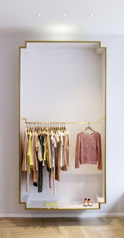 Gilded Molding Frames A Box Wardrobe An Elegant Solution For Open Area Clothing Storag Bekleidungsgeschaft Design Freistehender Kleiderschrank Schrank Design