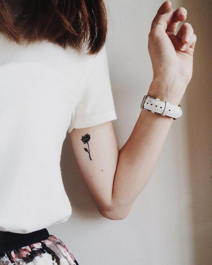 1001 designs minimalistes d 39 un tatouage femme discret coupes de cheveux mi longs blouse - Tatouage femme sensuelle ...