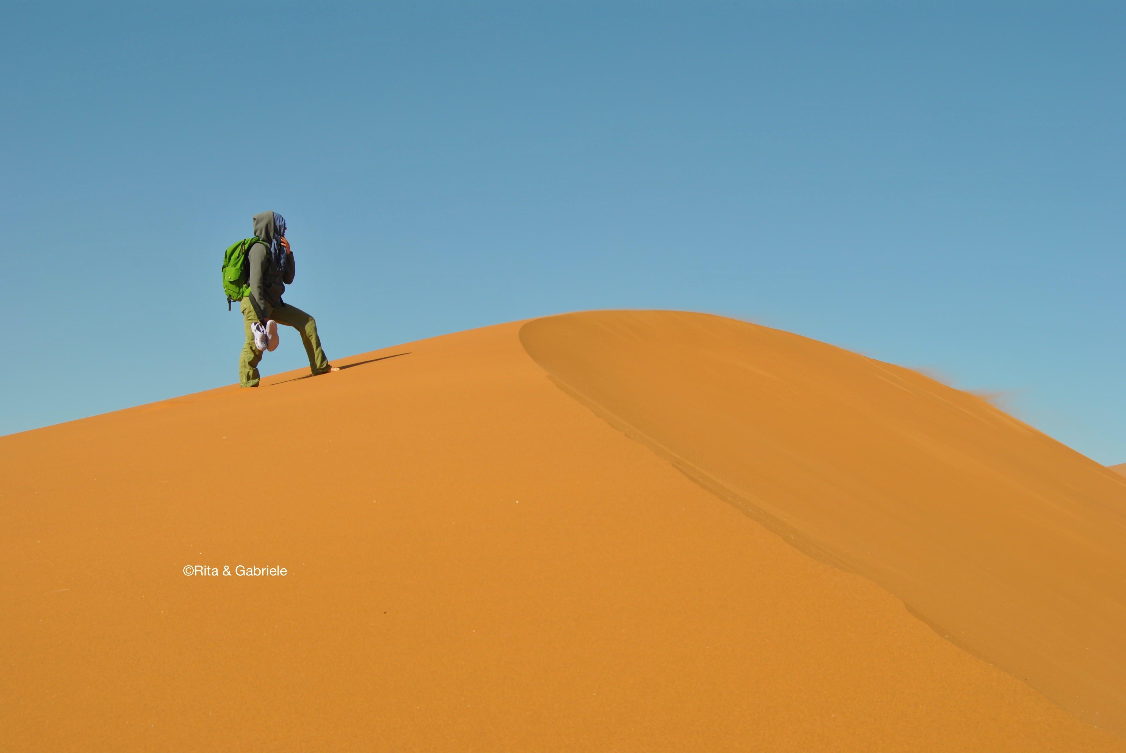 Rita su una duna del deserto