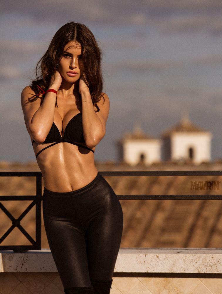 голое тело горячие итальянские девчонки лежит большой грудью