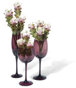 Nem só para bebidas nós usamos as taças, os copos e as garrafas. Confira aqui as dicas de decoração com esses objetos. Também separamos alguns modelos de taças da UD Brasil que podem ser usadas par…