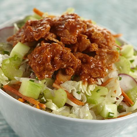 Knuspriger Krautsalat mit süßem und würzigem | Mit unserem NEUEN aromatisierten Lachs geben Sie Ihrem nächsten Gericht mit Kohlsalat einen Hauch von Aroma und Protein! auf See