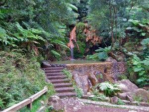 Die Caldeira Velha eine heiße Quelle aus einem Wasserfall.