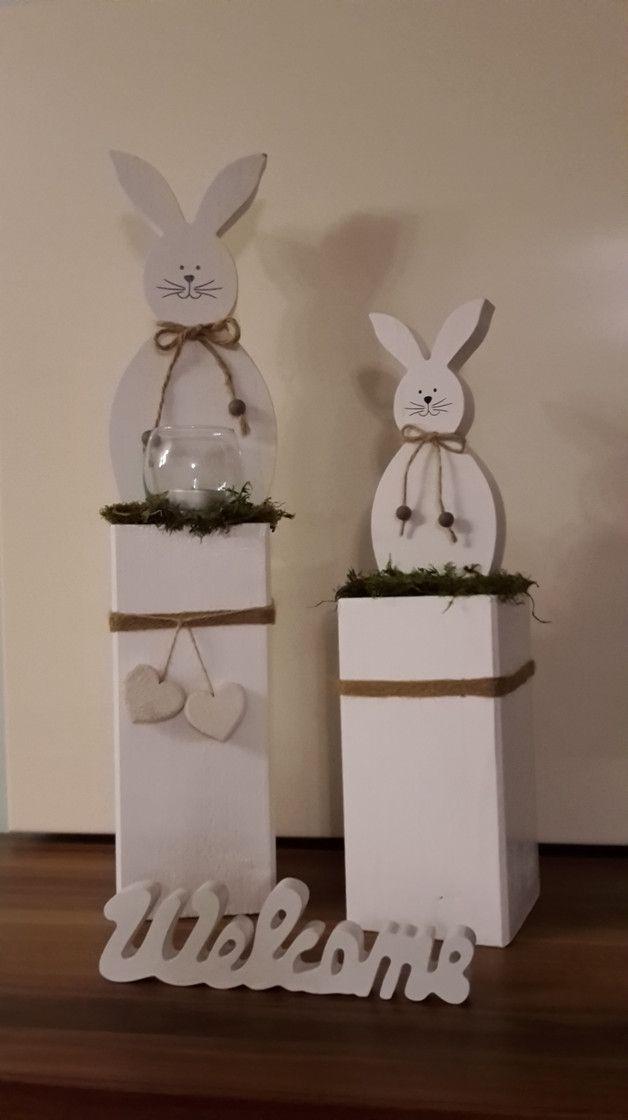 Wunderschöne Oster Deko! Weißer Hase Und Glas Windlicht Im Naturgras Auf  Massiver Holzsäule, Verziert Mit Schönen Natur Bändern Und Weißen  Holz Herzen!