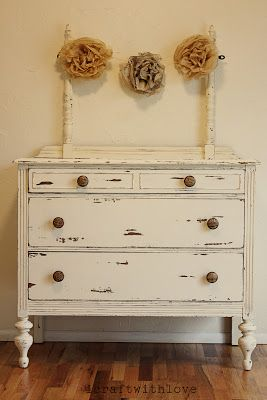 Merveilleux Vintage Distressed Dresser With Vintage Flower Decorations