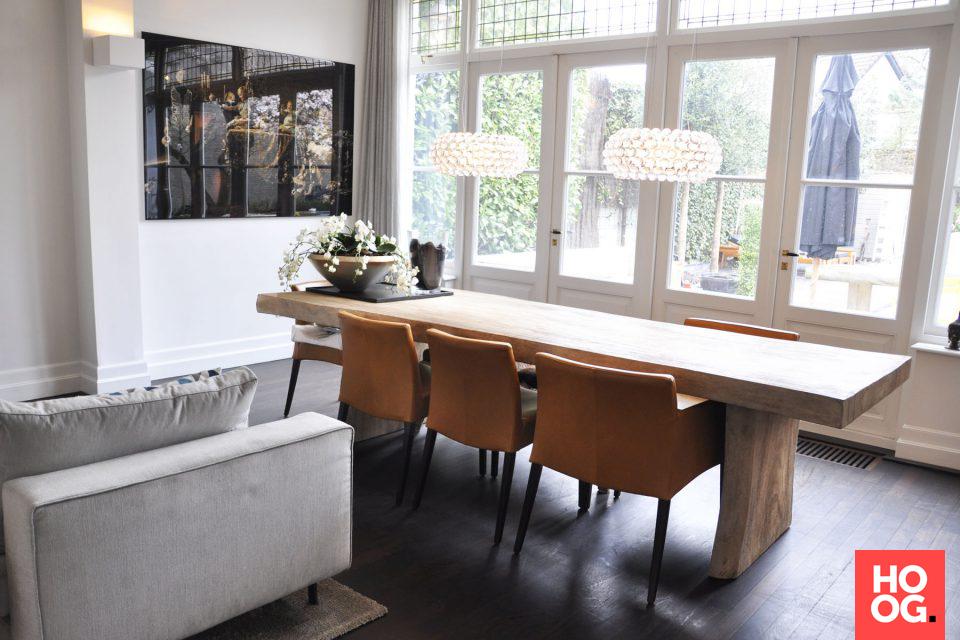 Houten eettafel met luxe lampen en stoelen | eetkamer design ...