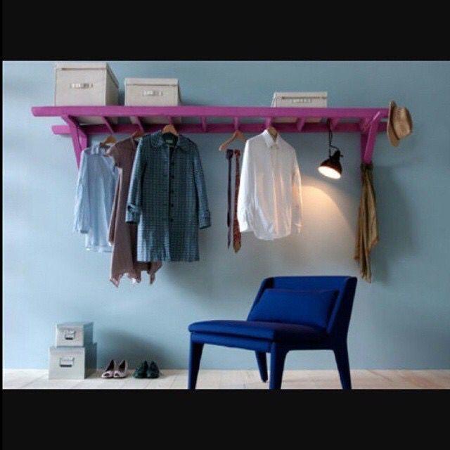 Escada usada como um 'armario', serve para acomodar caixas, pendurar cabides...