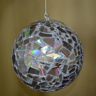 Bola De Isopor Com Glitter E Cacos De Cds Artesanato De Isopor