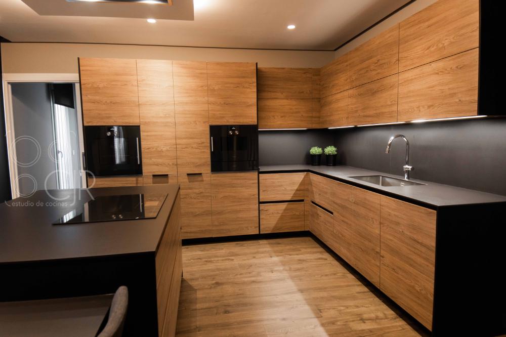Cocina Negra 🖤 y madera con isla moderna