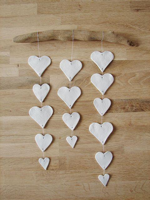 Diy clay heart mobile step 5 modelliermasse gips und for Salzteig ideen weihnachten