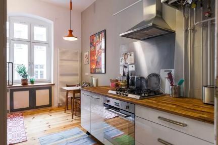 Charme Trifft Stil In Berlin: Gemütlich Eingerichtete Küche Mit Holzboden  Und Moderner Arbeitsplatte. #