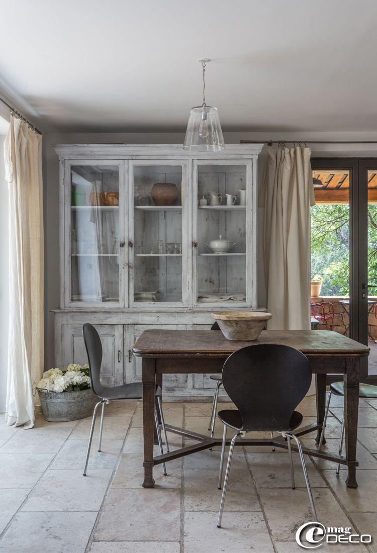 chaises 39 jazz 39 dit par 39 kave home 39 biblioth que d tourn e en vaisselier rideaux. Black Bedroom Furniture Sets. Home Design Ideas