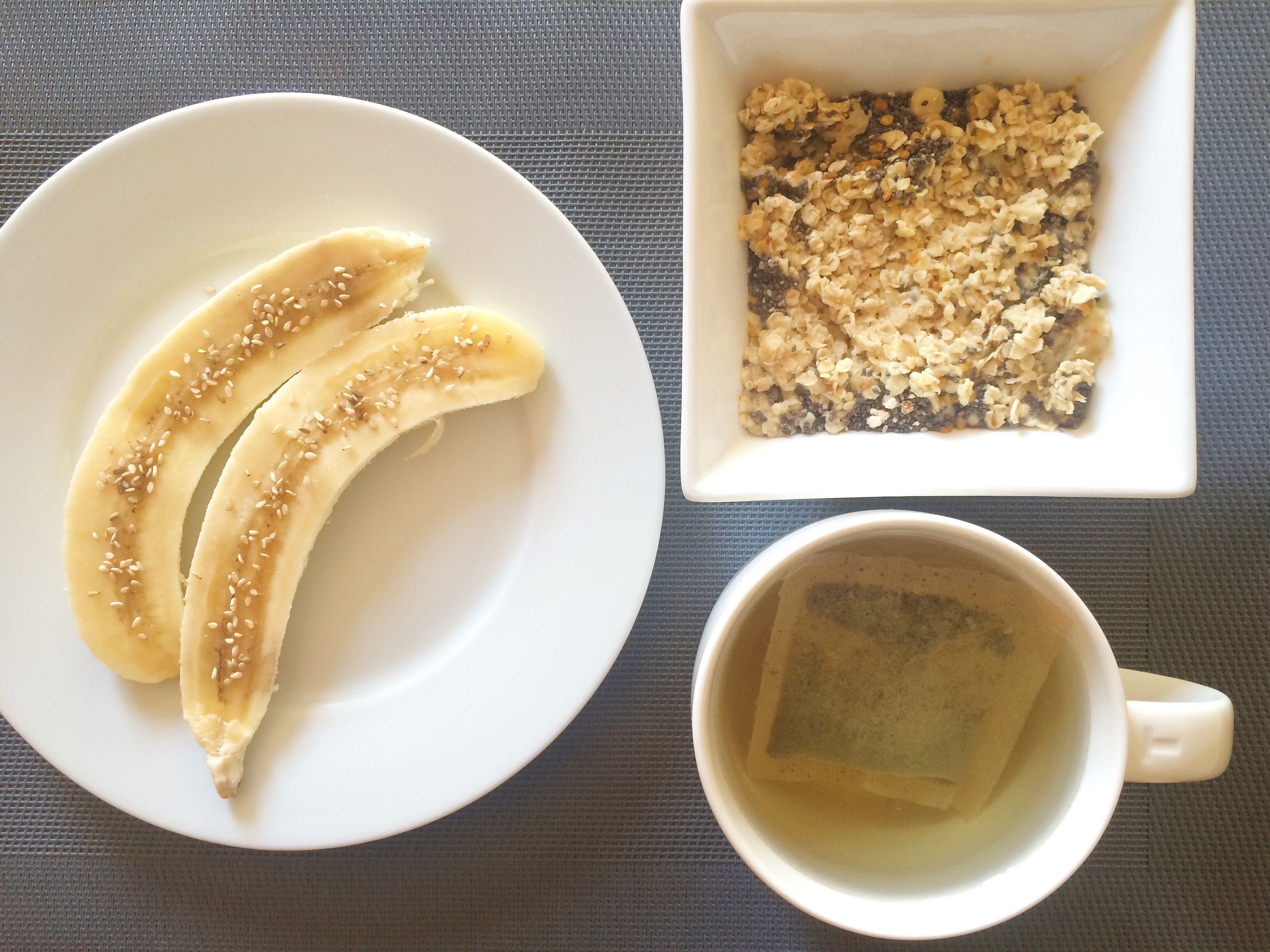 Plátano con polen, porridge de avena con semillas de chía y té verde.