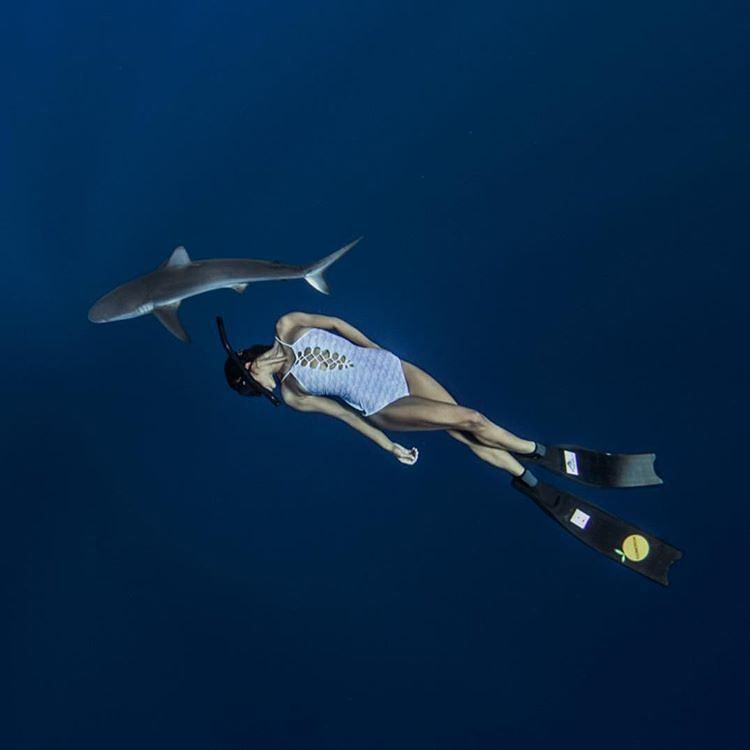 La imagen puede contener: nadar