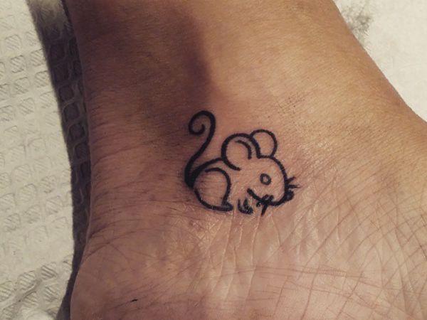 Maus Tattoo Designs Mit Bedeutungen 16 Ideen Mouse Tattoos Tattoo Designs And Meanings Rat Tattoo