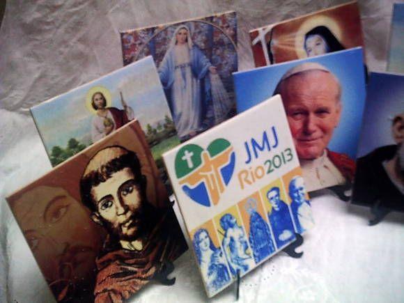 Azulejos estampados 15x15 com suporte, a imagem que você quiser escreva na descrição o santo desejado, mesmo que ele não esteja na foto. R$ 15,00